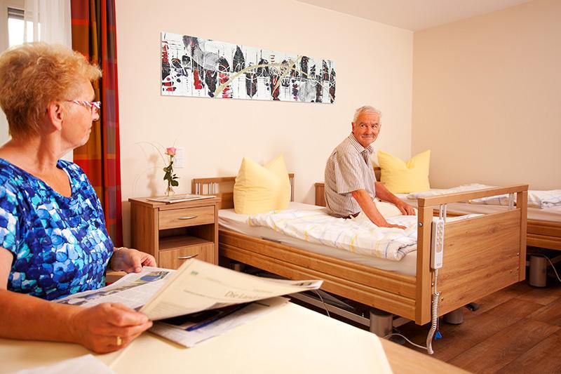 Ein Seniorenpaar in seinem Zimmer
